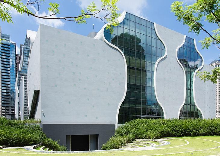 台中國家歌劇院距台中飯店薆悅酒店五權館10分鐘車程,為日本知名建築師伊東豊雄所設計,是一座與自然共生的劇場。這是表演藝術的搖籃,愈夜愈美麗的地方。並且鄰近科博館