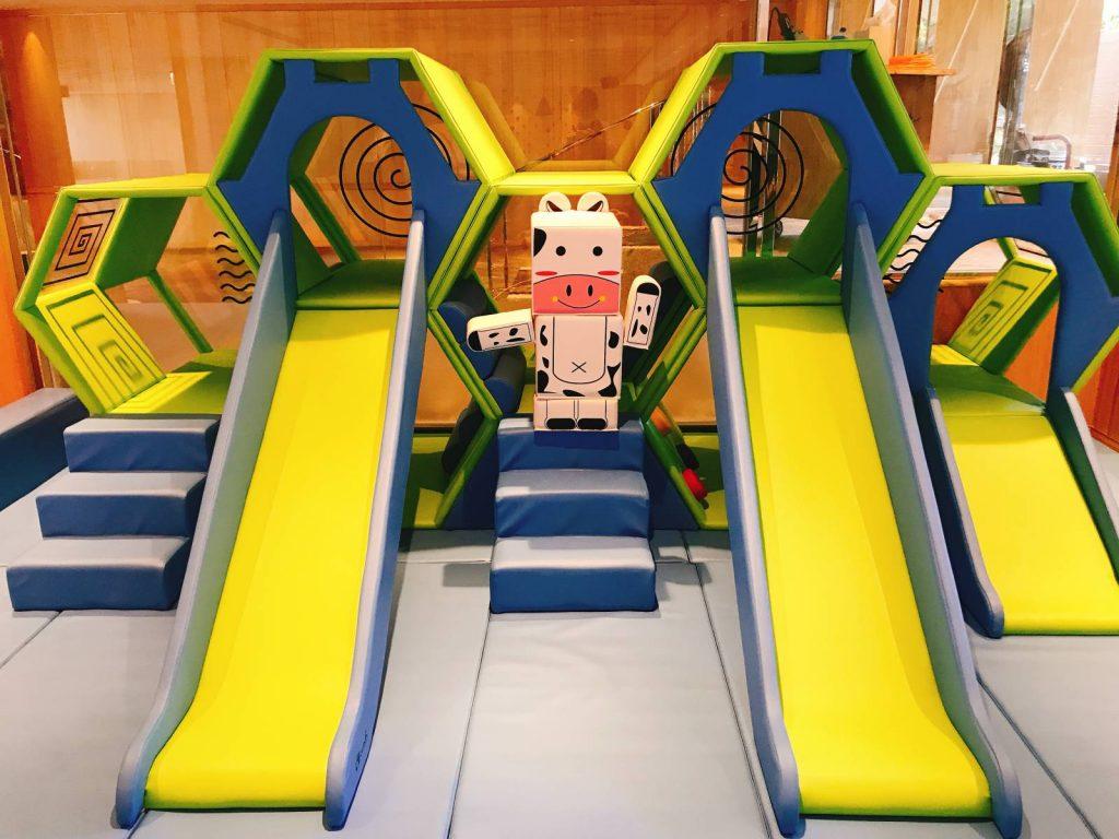 台北親子飯店推薦,北海岸親子飯店首選,新北市北海岸地區家長最推薦的親子飯店,近400坪的親子設施~主打『多功能航海遊戲屋』讓小寶貝們玩些刺激觸覺、聽覺、肢體動作等遊戲或運動,促進他們的腦部發展,用玩樂的方式去探索世界,薆悅酒店野柳渡假館邀請您一同敞徉在野柳~樂在悠遊。鄰近地質公園及野柳海洋世界與龜吼漁港,是您出遊好選擇